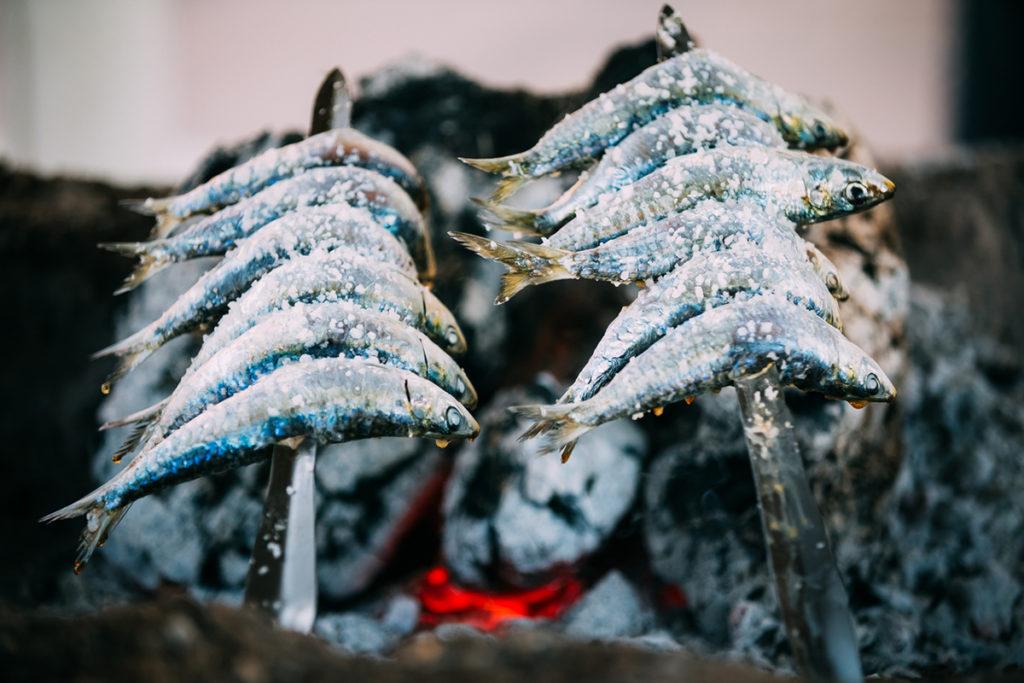 Espetos de sardinas: deliciosos y saludables (iStock)