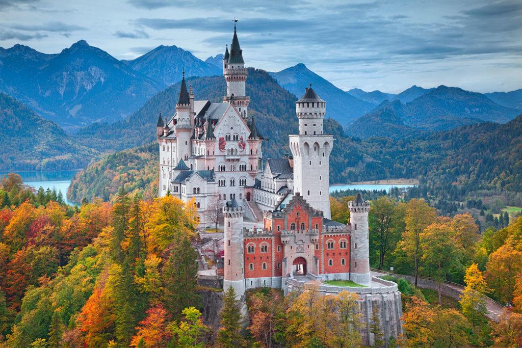 El Castillo de Neuschwanstein es uno de los lugares imprescindibles de Alemania que no puedes perderte (iStock)
