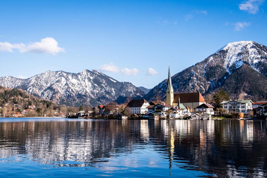 Los Alpes Bávaros y el lago Tegernsee en derredor de Rottach (iStock)