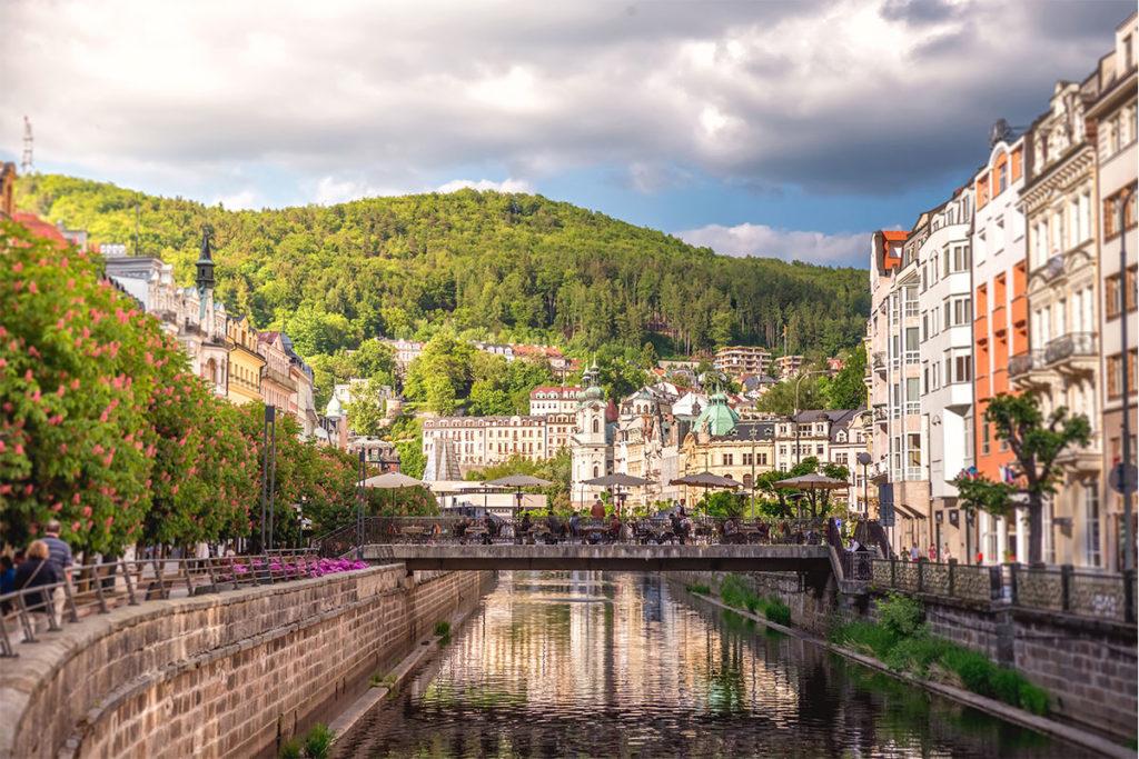 Karlovy Vary es una ciudad balneario fundada por el emperador Carlos IV en el siglo XIV (iStock)