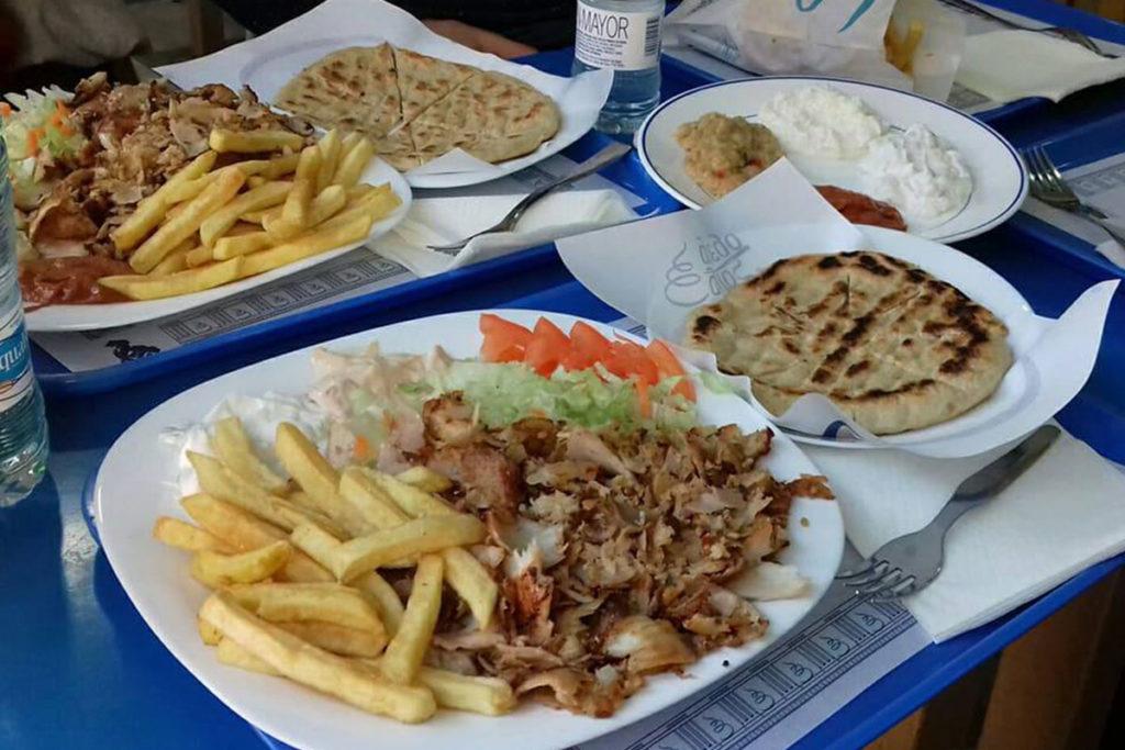 En plato o en bocadillo, comida rápida de calidad (https://www.facebook.com/Girosgriegodecarpanta/)
